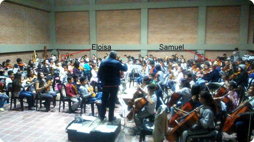Les cousins de Charles, parmi les autres enfants jouant de leur instrument de musique à la Fondation Batuta de Manizales