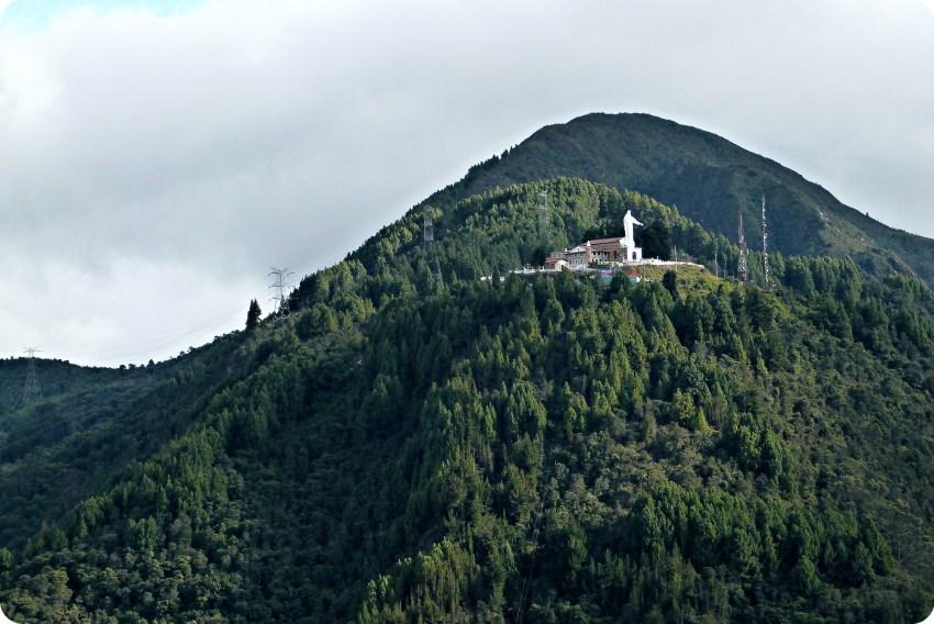 Vista del Cerro de Guadalupe desde Monserrate en Bogotá