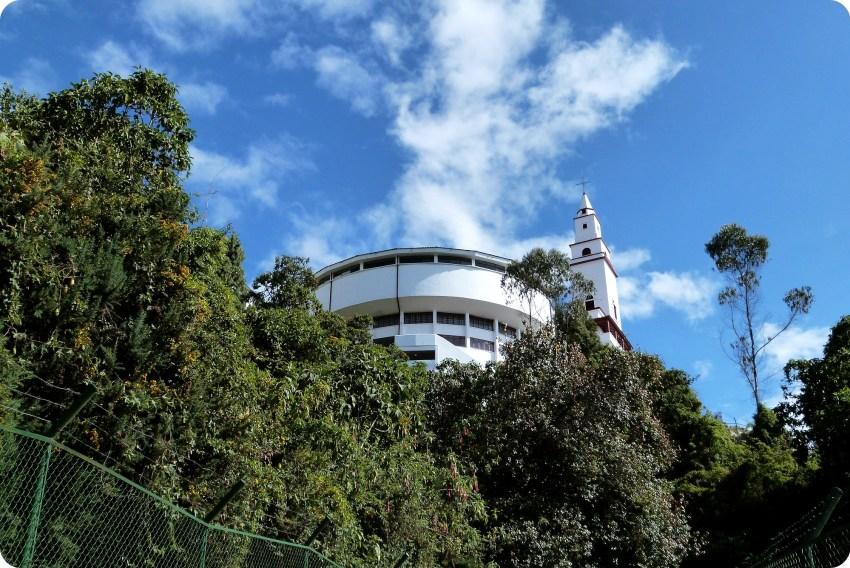 Vista de la iglesia desde el camino que sube hacia Monserrate en Bogotá