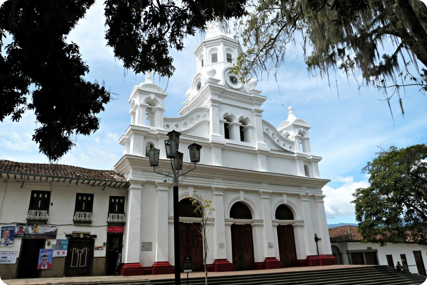 Iglesia en la plaza principal de Salamina