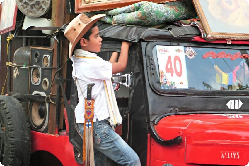 Enfant accroché à la fenêtre de la jeep au défilé Yipao à Armenia