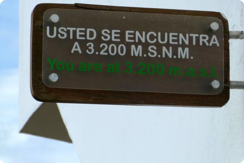 Panneau indiquant l'altitude de Monserrate à Bogotá : 3200 mètres au-dessus du niveau de la mer