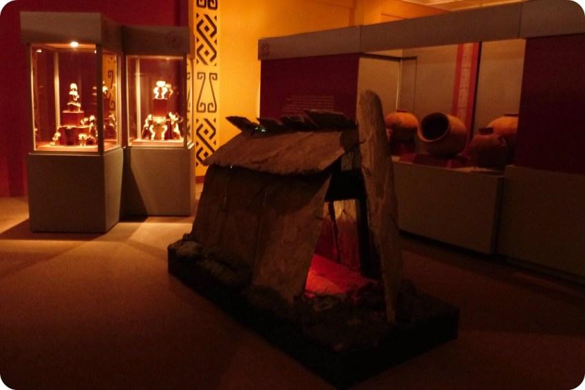 Représentation d'une tombe précolombienne au milieu du Musée archéologique de Manizales