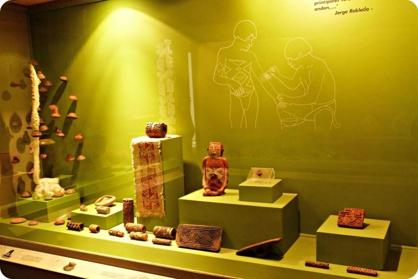 Vitrina presentando estatuas y rollos para el cuerpo en el Museo Arqueológico de Manizales