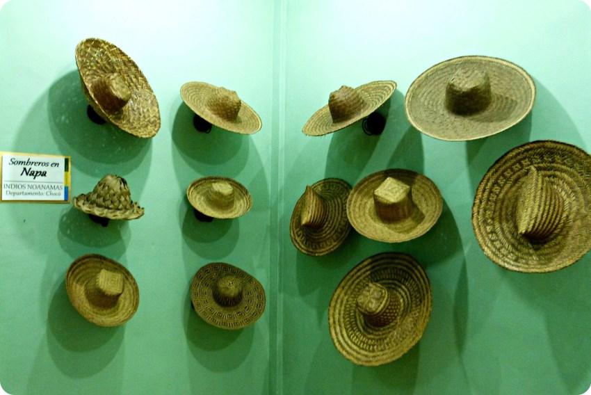Sombreros expuestos en una pared verde, en el museo nacional del sombrero en la casa de la cultura en Aguadas