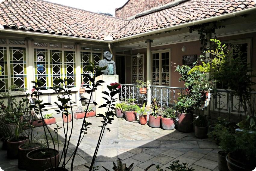 Patio ensoleillé de la Casa de Poesía Silva à Bogotá