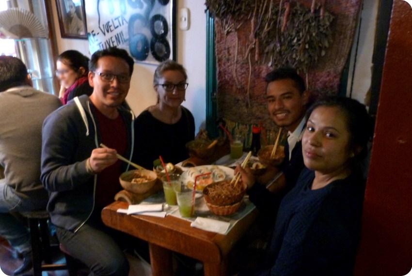 Charlène, Charles y sus primos Brayan y Michelle, sentados en la mesa del restaurante de sushis Totuma Corrida en el barrio de la Candelaria en Bogotá