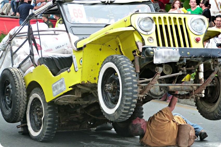 Revisión de un jeep en el desfile del Yipao en Armenia
