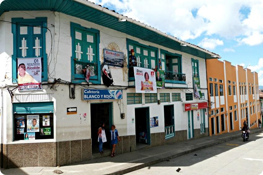 Casas de todos los colores en una calle de Aguadas