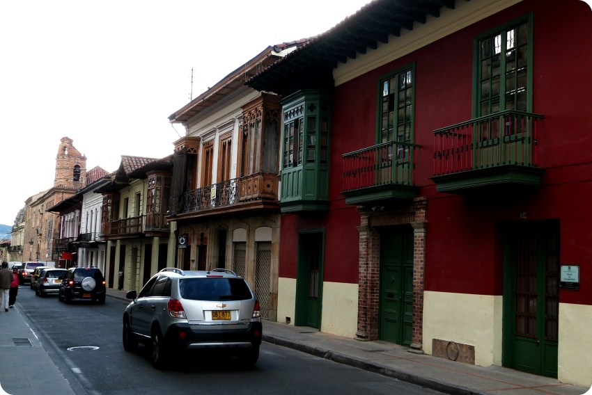 Rue avec des maisons colorées près de la place Bolívar longeant le Capitolio nacional de Bogotá