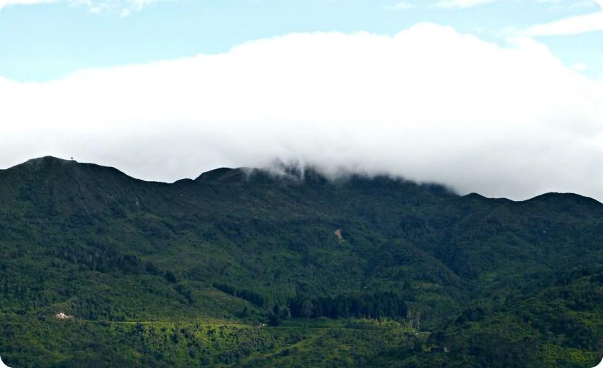 Vista de la montaña y una gran nube blanca desde Monserrate en Bogotá