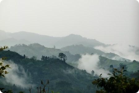 Vue sur les montagnes avec de nombreux nuages blancs et du brouillard depuis le salon à Manizales