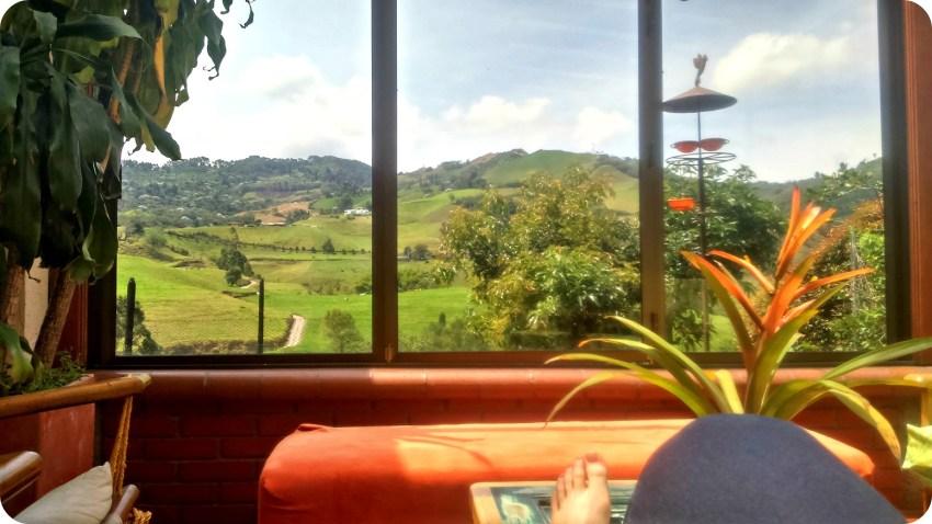 Vista sobre las montañas de Manizales desde la sala de la casa