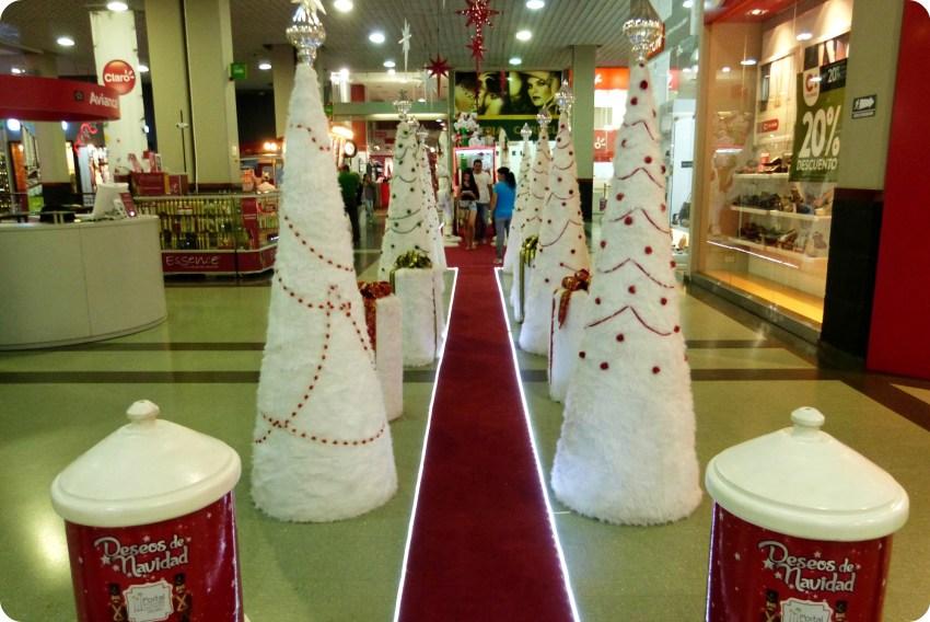 camino de árboles de navidad blancos en el centro comercial Portal del Quindío de Armenia
