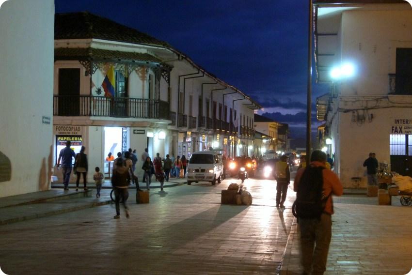 Angle d'une rue de Popayán au Parque Caldas de nuit