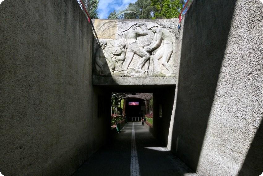 Fin de la ligne blanche débouchant sur l'entrée de la cathédrale de sel de Zipaquira