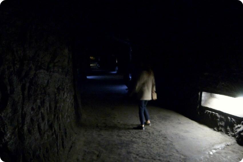Chemin sombre menant au cœur de la cathédrale de sel de Zipaquira