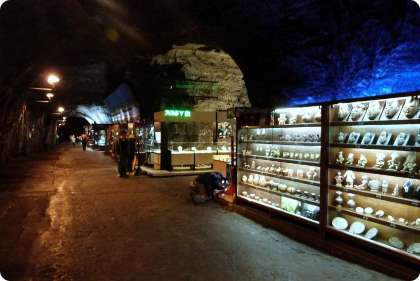 Tiendas de recuerdos en los subterráneos de la catedral de sal de Zipaquira