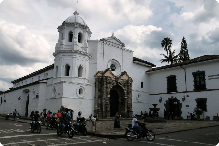 Façade blanche de l'église santo domingo dans le centre de Popayán