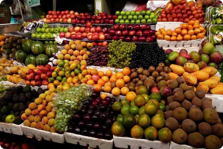 Frutas de todos los colores en el mercado de Bogotá
