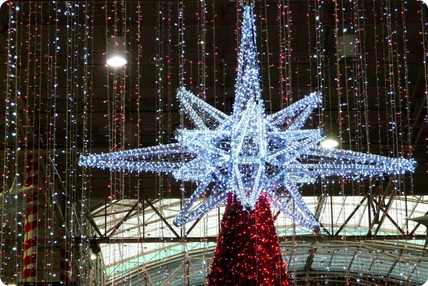 estrella en lo alto del árbol de navidad central en el centro comercial Portal del Quindío de Armenia