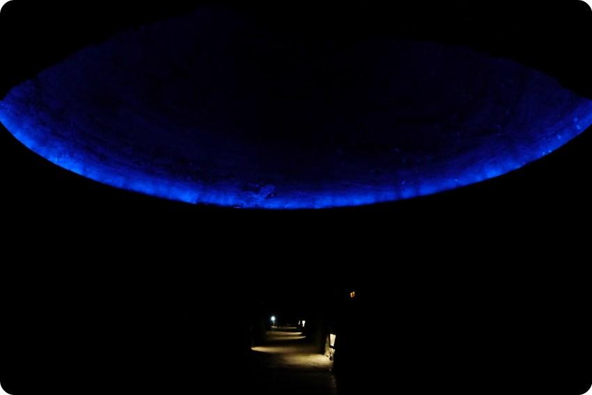 Cúpula iluminada de azul al interior de la catedral de sal de Zipaquira