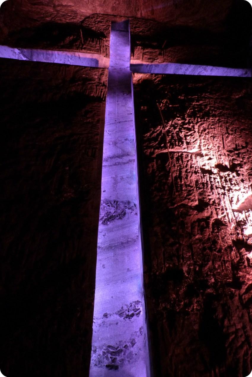 Zoom sur la grande croix de la cathédrale de sel de Zipaquira