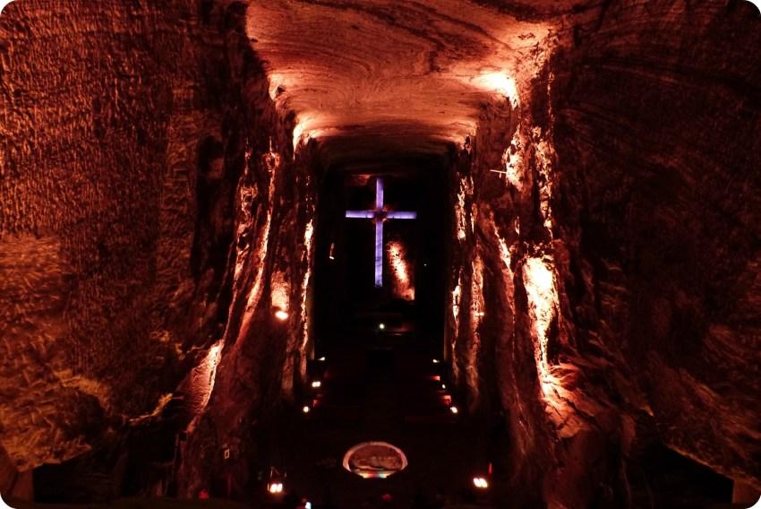 Grande croix dans le fond de la cathédrale de sel de Zipaquira
