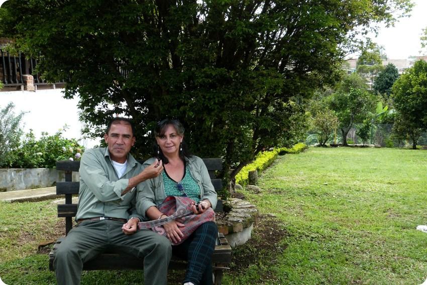 Les parents d'Alexa, la belle-sœur de Charles, assis sur un banc devant le restaurant Rancho de Lucho à Popayán
