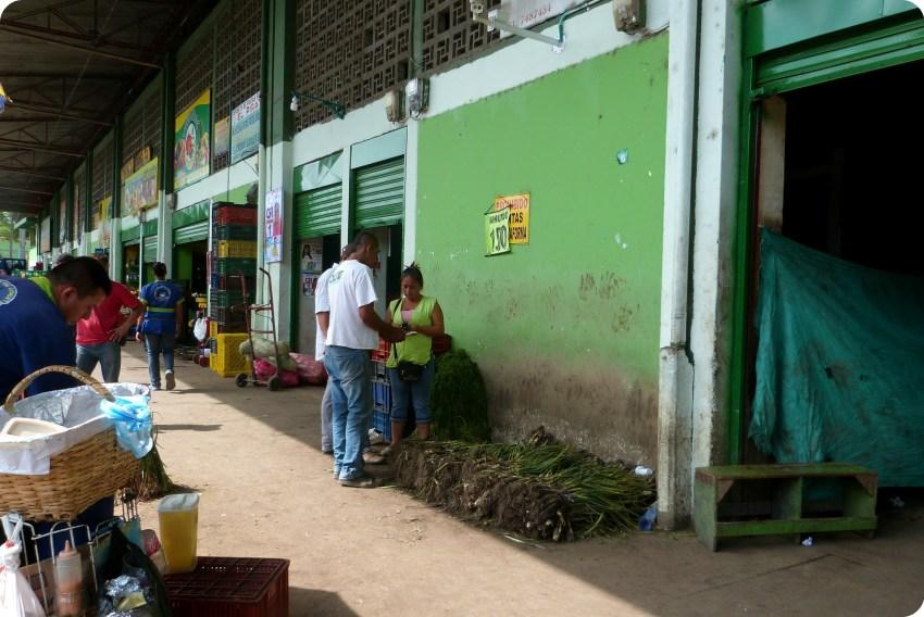 vendedores en los cobertizos del mercado de Armenia