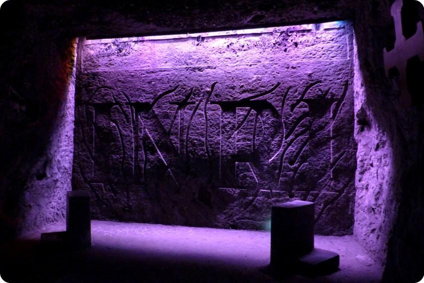 INRI inscrito sobre el muro de una cavidad de la catedral de sal de Zipaquira