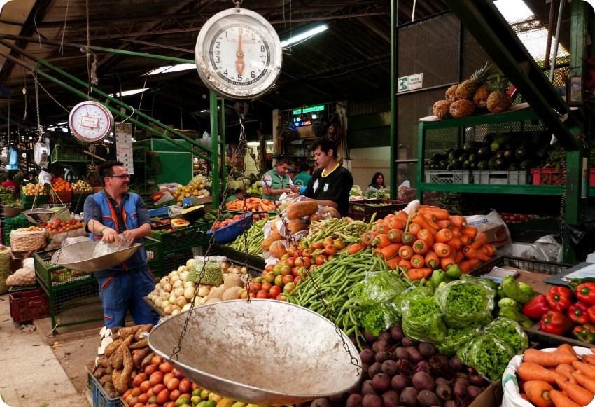 Verduras en un puesto en el mercado de Bogotá