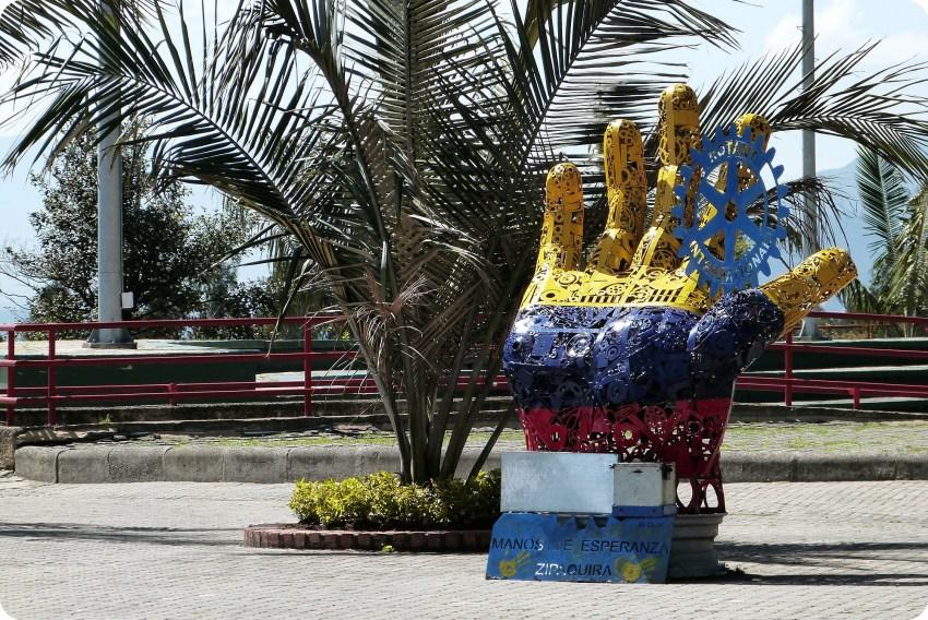 Sculpture d'une main aux couleurs de la Colombie près de la cathédrale de sel de Zipaquira