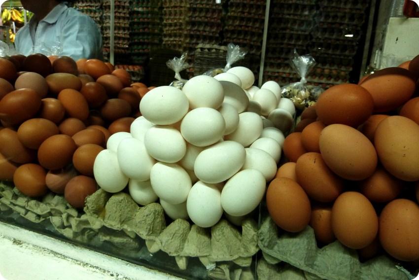 Oeufs bruns et blancs au marché de Bogotá