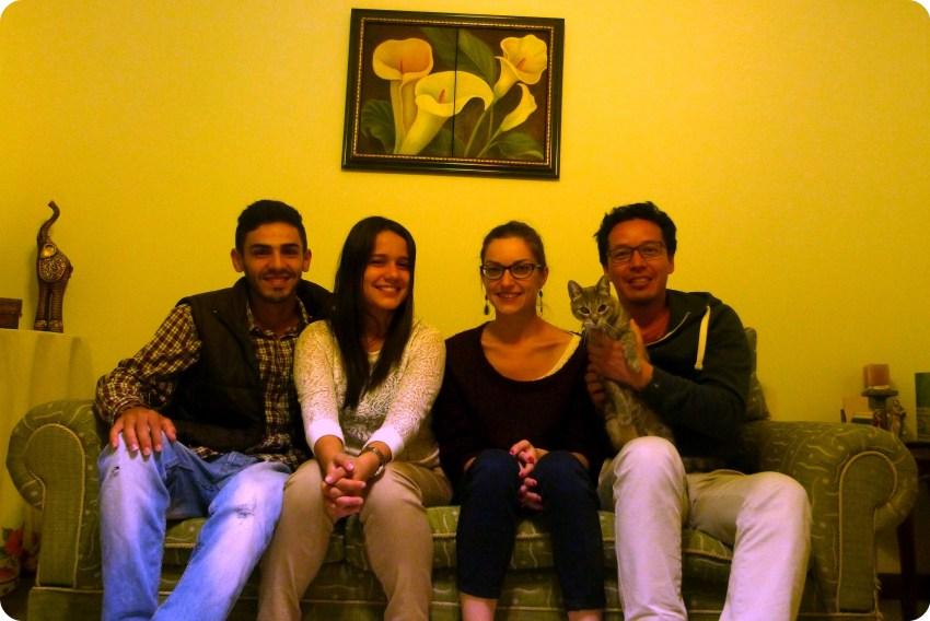 Nous 4 sur le canapé avec le chat à Popayán