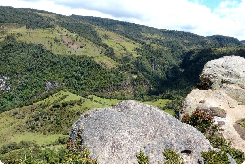 Piedra frente al valle en el parque natural Puracé