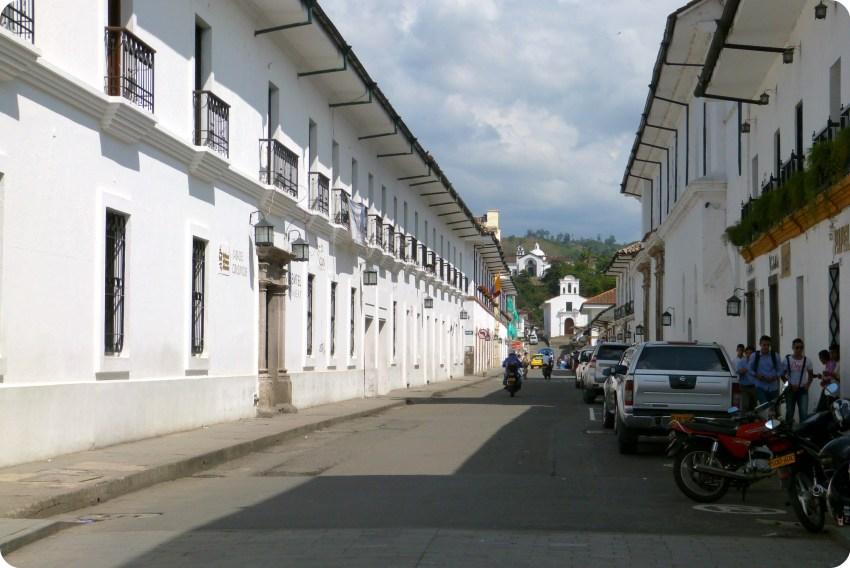 Rue du centre de Popayán avec les églises Belen et Ermita dans le fond