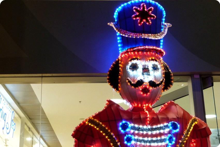 soldado de navidad iluminado delante del centro comercial Unicentro de Armenia
