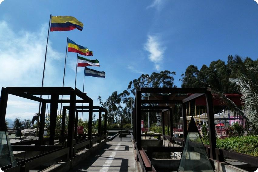 Techo del museo y banderas en la salida de la catedral de sal de Zipaquira