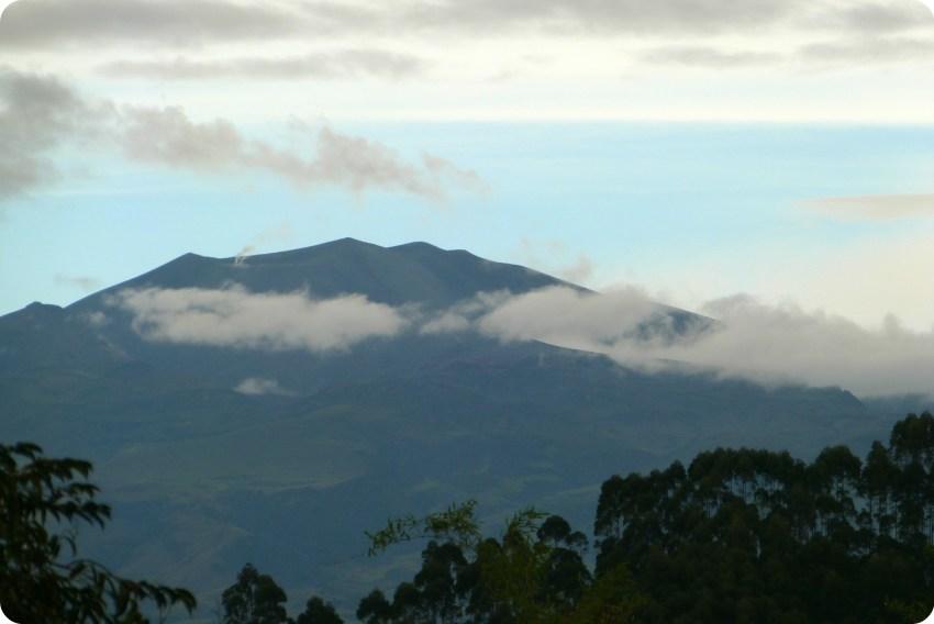 Zoom sobre el Volcan Puracé de Popayán visto desde el jardín de Pablo
