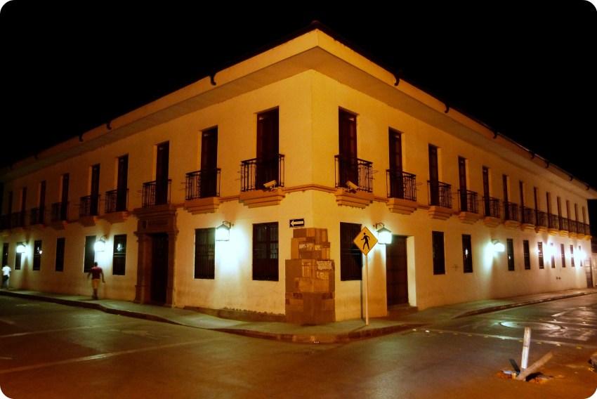 ángulo de un edificio blanco de Popayán