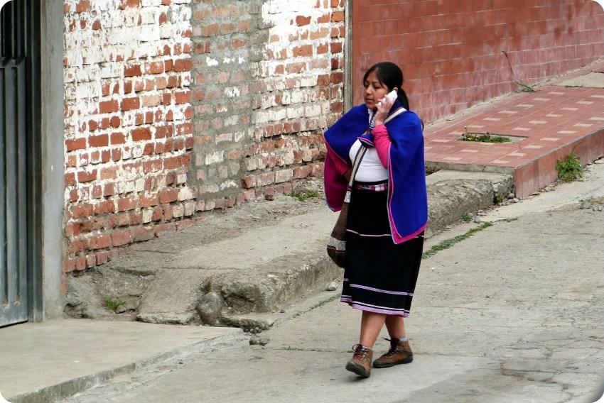 femme guambiano au téléphone dans une rue de silvia