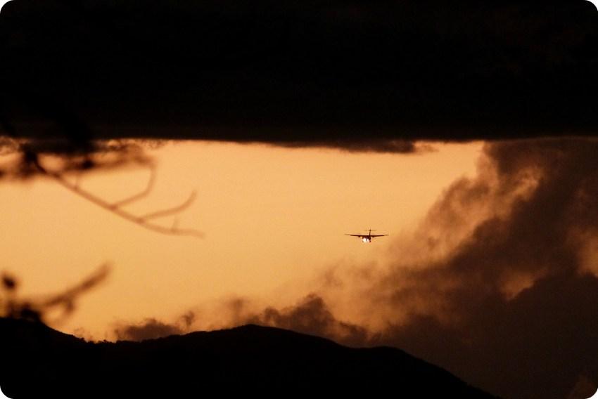 Avión en el ciel durante el atardecer sobre Popayán desde el Morro del Tulcán