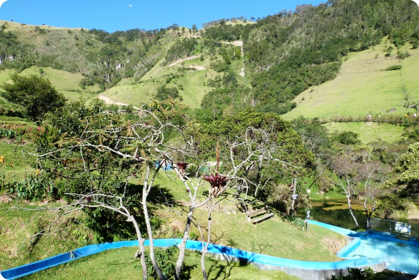 Paisaje de montaña y tobogán de Aguas Tibias de Coconuco