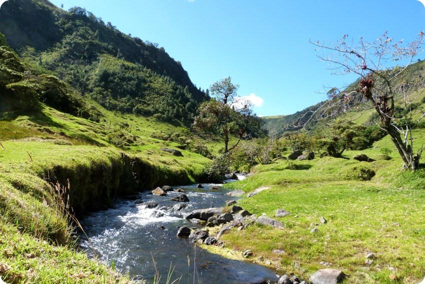 paysage de montagne et rivière à Aguas Tibias de Coconuco