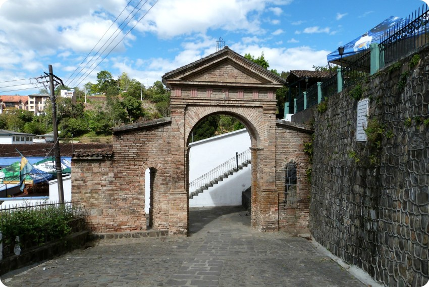 Porche en pierre dans la montée vers la chapelle de Belén à Popayán