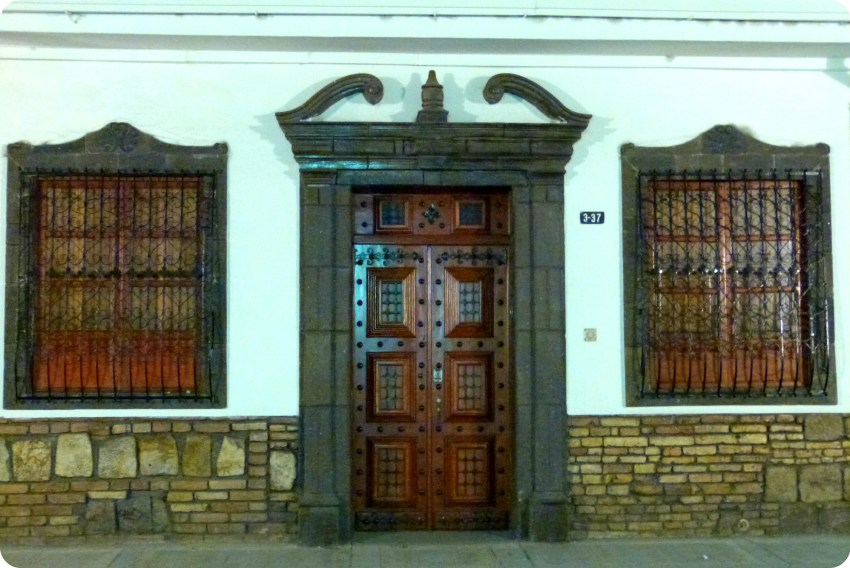 porte marron dans les rues de Popayán