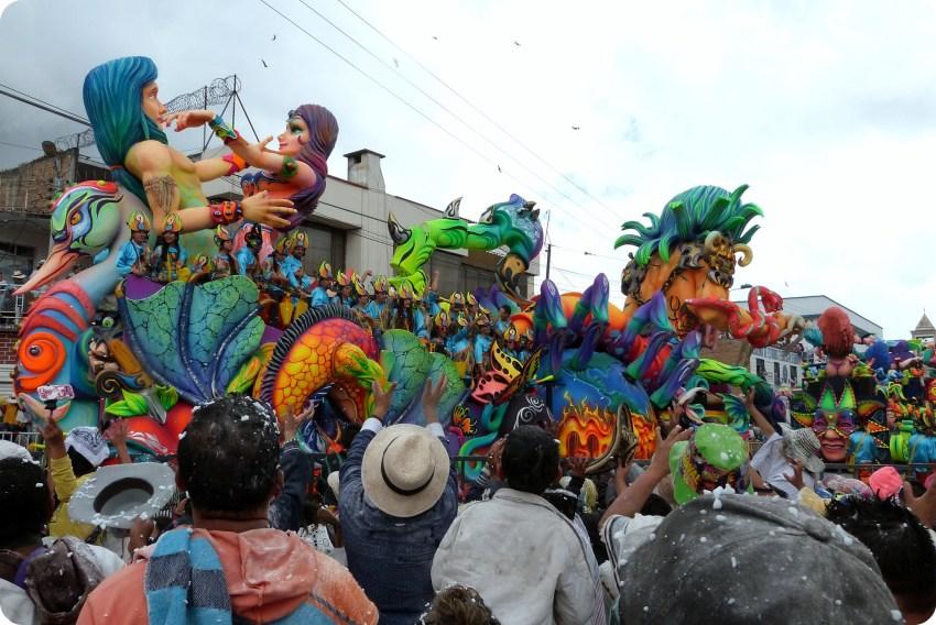 char lançant des bonbons au public du carnaval de Pasto
