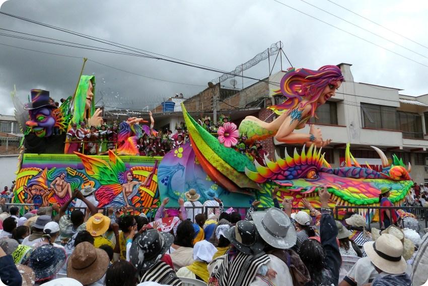 carro con una mujer y un dragón en el carnaval de Pasto