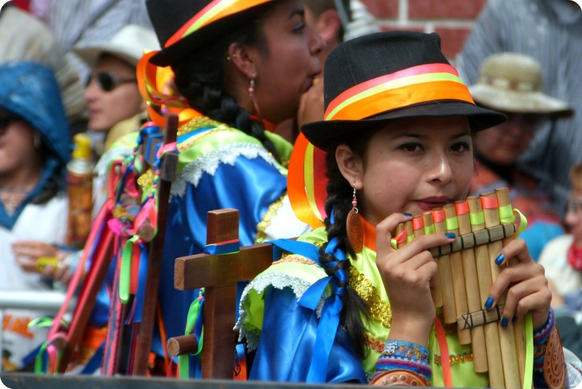 chica con una flauta de pan en el carnaval de Pasto